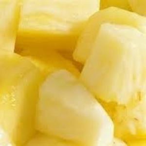 Ananasblokjes gesneden